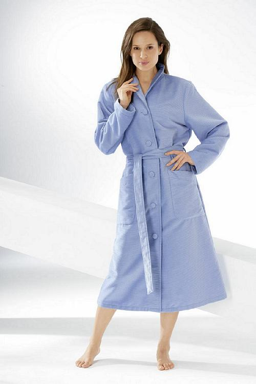 Bathrobe Caw� with cup-shaped collar and buttons in berry blue medium blue